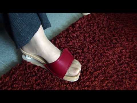 Strumpfhose rote sandaletten – nylons feet – stockings toes – sandals – dangling